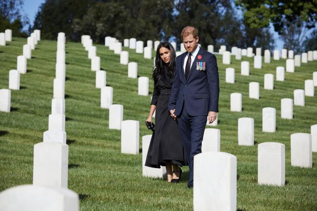 When in the close vicinity of other people, the Duke and Duchess both wore masks, but removed them when on their own or at a distance. The Duke and Duchess of Sussex during a private visit to the Los Angeles National Cemetery on Remembrance Sunday. Photo: