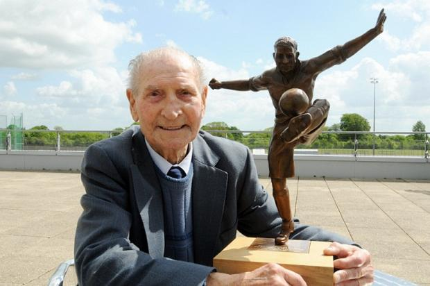 Ivor Powell with the statue of him at the Un