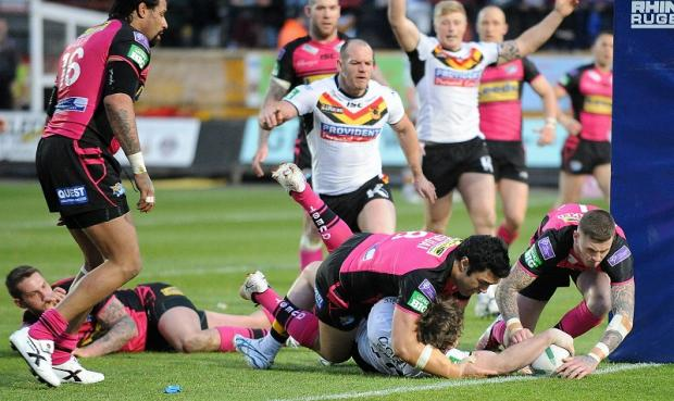 Ben Evans touches down his first Super League try but it proved to be the Bulls' only first-half score